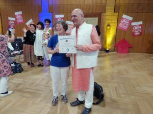 25-6-17-maggie-being-presented-with-laughter-ambassador-award-by-dr-madan-kataria